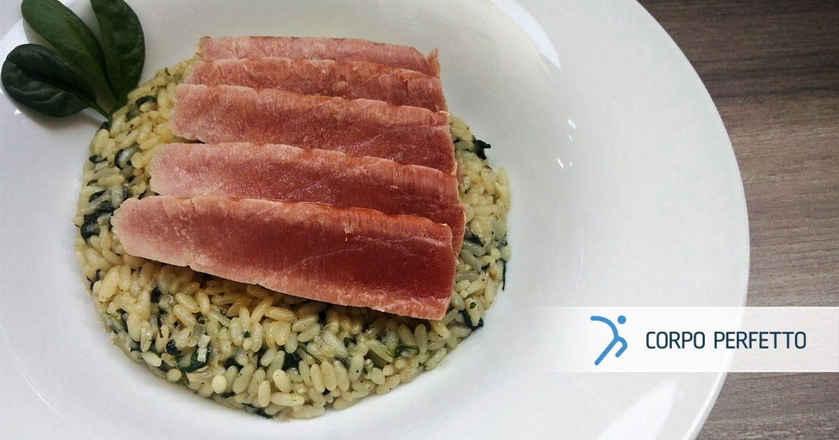 Bistecca di tonno sul risotto agli spinaci